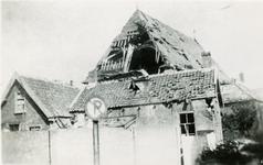 BRU-2852 Bruinisse. Gezien vanuit de Lange Ring. Het zwaar beschadigde dak van de Nederlands Hervormde Kerk, verwoest ...