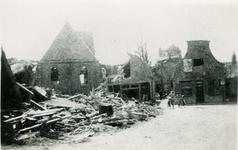 BRU-2853 Bruinisse. Oudestraat. Gezicht op wat er overbleef van de zuidzijde van de Oudestraat en de Ned. Herv. Kerk. ...
