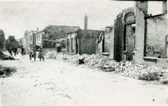 BRU-2855 Bruinisse. Oudestraat. Door het bombardement zwaar beschadigde huizen aan de Westzijde van de Oudestraat. ...