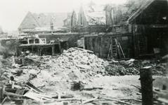 BRU-2858 Bruinisse. Kerkstraat. Beschadigde woning met op de achtergrond de Kerk van de Gereformeerde gemeente, ...