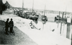 BRU-2859 Bruinisse. Haven. Door bombardement van 5 januari 1945 werd een stuk uit de kademuur geslagen, tegenover het ...