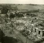 BRU-2861 Bruinisse. Molenstraat westzijde. V.r.n.l.: de woning B 210 (bewoond door Jan Johannes Stouten), de ...