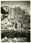 BRU-2873 Bruinisse. Lange Ring. Van de twee woningen welke boven het puin uitsteken, is de eerste Kerkplein A 51, ...