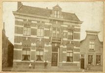 BRU-2874 Bruinisse. Kerkplein. De pastorie van dominee Cornelis Waardenburg (1870-1939), waar hij samen met zijn vrouw ...