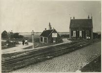 BRU-2892 Bruinisse. Zijpe. Links de Rijksweg, Zijpe-Zierikzee met het spoor van de stoomtram, die vanaf Zijpe via ...