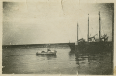 BRU-2893 Bruinisse. Zijpe. Parlevinker Bakker (varende kruidenier) met zijn bootje, in de Vluchthaven bij enkele ...