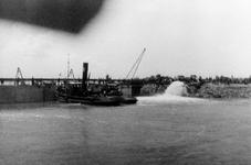 D-0276A Nieuwerkerk / Stevensluis. Sluiting van het dijkgat.