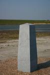 IMG-0460 Schouwen. Zuidelijk deel Plan Tureluur. Gedenkzuil, met opschrift: Met waardering voor Rykel ten Kate ...