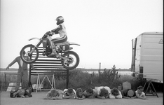 JVH-0875 Brouwershaven. Grevelingendijk nabij de Spuiweg. Arrow-stuntshow. Een sprong met een motor via een ...
