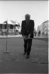 JVH-1000 Brouwershaven. Markt. Burgemeester C. Slabbekoorn knipt het lint door waarmee museum De Vergulde Garnaal ...