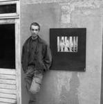 JVH-1033 Oosterscheldekering / Neeltje Jans. Fotograaf Johan Berrevoets junior bij een van zijn foto's die worden ...