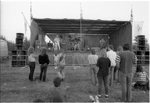 JVH-1043 Scharendijke. Elkerzeeseweg. Op het terrein bij jeugdsoos Trace wordt een openlucht Bluesfestival gehouden. ...