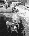 JVH-1301 Zierikzee. Pieterseliestraat. Provinciaal archeoloog R. M. van Heeringen onderzoekt, samen met leden van de ...