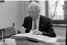 JVH-1340 Brouwershaven. Gemeentehuis. Werkkamer burgemeester. Burgemeester C. A. Slabbekoorn (burg. Brouwershaven 1977-1989).