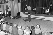 JVH-1368 Noordwelle. Smidsweg. Dorpshuis. Optreden van de clowns Rijn en Trijn, naar aanleiding van het jubileumfeest ...