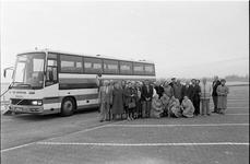 JVH-1443 Bruinisse. Grevelingendam. Vertrek Nieuwsbodereis naar het Duitse Hamel n: deelnemers poseren voor de bus.