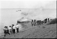 JVH-2172 Brouwershaven. Grevelingenmeer. De uitgebrande speedboot van M.D. uit Antwepen. Er raakte niemand gewond.