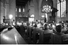 JVH-2182 Brouwershaven. Kerkplein. Concert met diaprojectie in de Sint Nicolaaskerk in Brouwershaven.