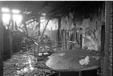 JVH-2293 Westenschouwen. Westenschouwenseweg Het door brand geteisterde interieur van Cafe De Blokhut. Beide korpsen ...