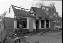 JVH-2294 Westenschouwen. Westenschouwenseweg Het door brand geteisterde Cafe De Blokhut. Beide korpsen van de brandweer ...