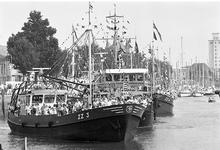 JVH-5014 Zierikzee. Tijdens de derde havendag vertrokken de versierde boten op weg voor een rendez-vous ergens op de ...