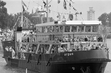 JVH-5015 Zierikzee. Een versierde mosselboot, tijdens de Havendagen in Zierikzee. Mopsselprinses dat jaar: Chantal Schot.