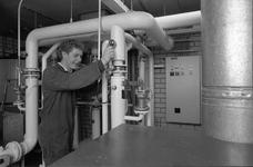 JVH-5089 Schuddebeurs. Locatie onbekend. Een monteur van installatiebedrijf Deurloo aan het werk. Het bedrijf zocht ...