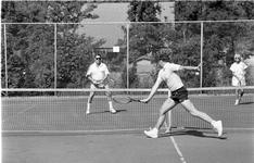 JVH-5103 Renesse. Locatie onbekend. Beeld uit het jaarlijkse mixed-tennistoernooi voor campinggasten. In 1990 voor de ...