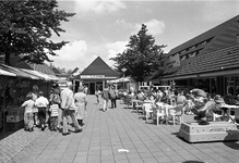 JVH-5284 Bruinisse. 'Aquadelta'. Een gezellige drukte op het plein van vakantiepark 'Aquadelta'.