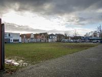 JVH-8010 Bruinisse. Dreef. Op de achtergrond de supermarkt van Albert Heijn, links zie je de huizen aan de Nieuwstraat. ...