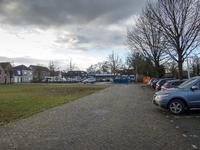 JVH-8011 Bruinisse. Dreef. Parkeerterrein aan de Dreef met op de achtergrond de supermarkt van Albert Heijn. Links de ...