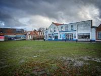 JVH-8015 Bruinisse. Nieuwstraat. Het witte gebouw is de garage en werkplaats van Van Gilst Kevers op de hoek van de ...
