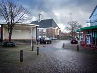 JVH-8025 Bruinisse. Kerkplein. Links de muziektent, in het midden de Ned. Herv. Kerk en rechts zie je nog een stukje ...