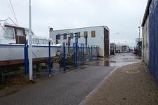 JVH-8039 Bruinisse. Havenkade. De toegang tot de loodsen van de verschillende bedrijven aan de Havenkade, op de ...