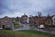JVH-8048 Bruinisse. Steinstraat. Kruispunt Steinstraat (links) met de Deestraat, op de achtergrond de Ned. Herv. Kerk ...