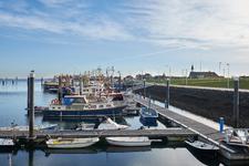 JVH-8063 Bruinisse. Havenkade. Afgemeerde schepen in de haven met zicht op de Ger. Kerk aan de Noorddijk