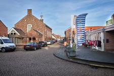 JVH-8067 Bruinisse. Schoolstraat. De ingang van de Schoolstraat vanaf de Poststraat, met links de kerk van de ...