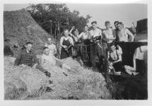 RK-0001 Haamstede. Vliegveld. Een aantal leden van het Luftwaffe Baubataljon. Links op de achtergrond hangen ...