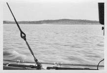 RK-0018 Zierikzee / Oosterschelde. Gezicht op de duinen vanaf een patrouillevaartuig. Na de beschieting van de veerboot ...