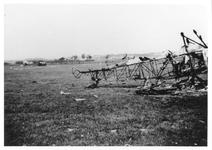 RK-0192 Haamstede. Vliegveld met vliegtuigwrak, waarschijnlijk een Koolhoven FK-51.