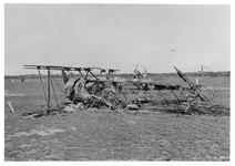 RK-0193 Haamstede. Vliegveld met vliegtuigwrak, waarschijnlijk een Koolhoven FK-51.