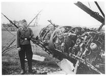 RK-0194 Haamstede. Vliegveld met vliegtuigwrak, waarschijnlijk een Koolhoven FK-51.