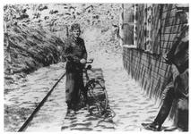 RK-0210 Haamstede. Torenweg. Soldaat met fiets bij een barak op het vliegveld.