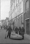 RK-0640 Zierikzee. Meelstraat. Brandweerlieden (v.l.n.r Jaap Quant, NN, NN en Kees Bastiaanse) voor het stadhuis.