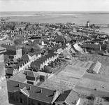 RK-1130 Zierikzee. Linksonder de Wevershoek, in het midden de Lutherse kerk, bovenaan het Havenkanaal, gezien vanaf de ...