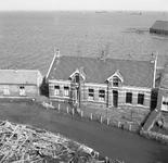 RK-1177 Kerkwerve. Ring. Links het gemeentehuis; rechts de onderwijzerswoning, gezien vanaf de kerktoren.