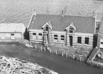 RK-1177A Kerkwerve. Ring. Links het gemeentehuis; rechts de onderwijzerswoning, gezien vanaf de kerktoren.