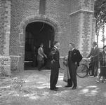 RK-1270 Renesse. Korte Reke. Ingang Ned. Hervormde kerk. De heren zijn (waarschijnlijk) in afwachting van de komst van ...
