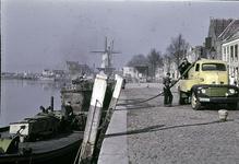 RK-1453 Zierikzee. Nieuwe Haven. Drinkwatervoorziening met een tankauto van de Koninklijke 'Zeelandia. De tankaute ...