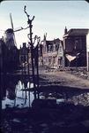 RK-1559 Zierikzee. Watersnoodramp 1953. Breedstraat. Gezicht op de stellingmolen 'De Haas'. Rechts: het verwoeste huis ...